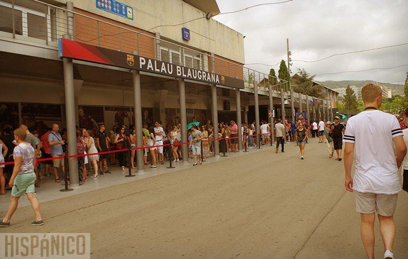 Jeśli nie chcesz stać w kilkusetmetrowej kolejce do kasy, kup bilet do Camp Nou przez Internet