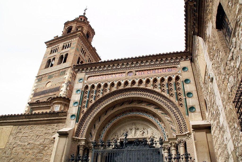 Fasada katedry w Teruel z dzwonnicą po lewej.