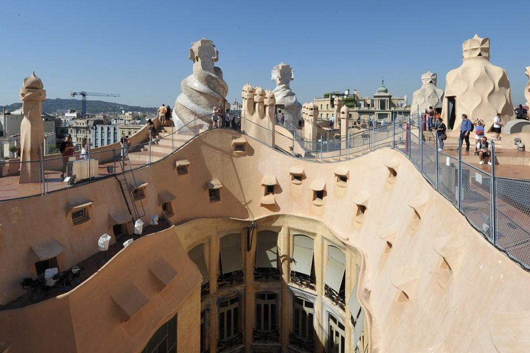 Nietuzinkowy dach i jeszcze bardziej niespotykane kominy na dachu La Pedrera