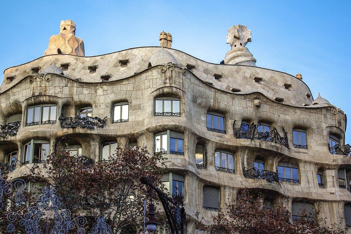 Casa Mila położona jest w centrum Barcelony. Warto zobaczyć to dzieło Gaudiego z bliska.