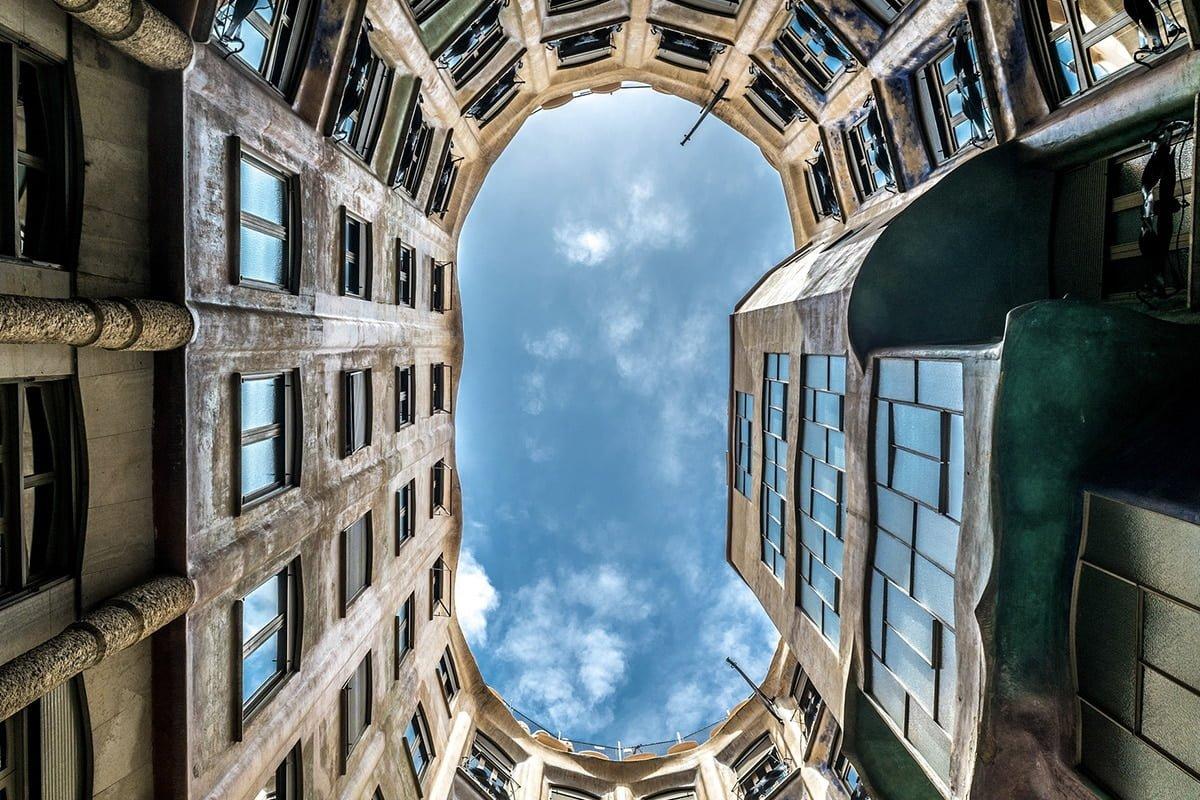 Casa Milà to piękna kamienica w Barcelonie zaprojektowana przez Antoniego Gaudiego. Na zdjęciu widok z patio.