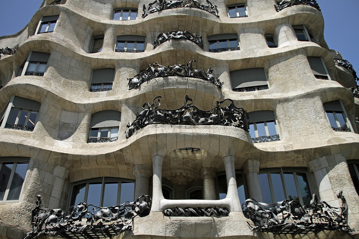 Bogate w ornamenty balkony La Pedrera