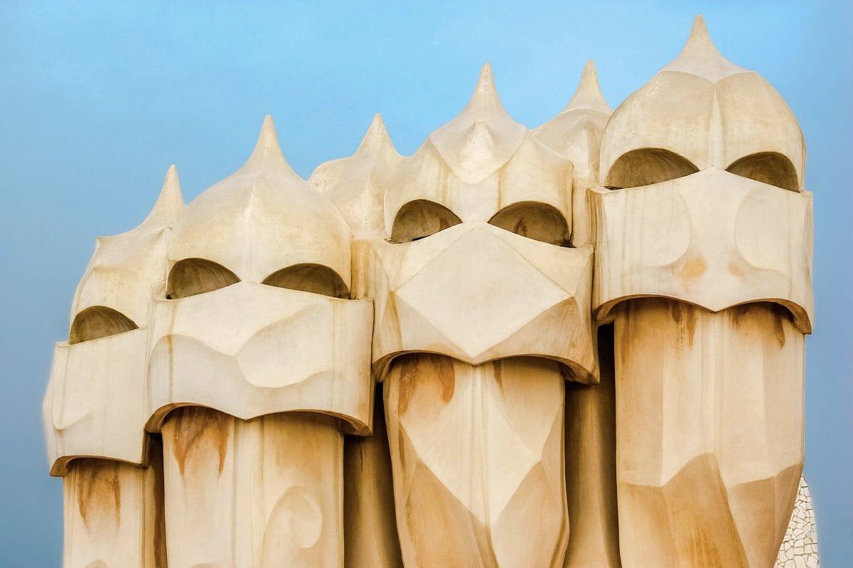 Casa Milà została zaprojektowana w XX wieku na zlecenie przedsiębiorcy Pere Mili. Na zdjęciu kominy na dachu kamienicy.