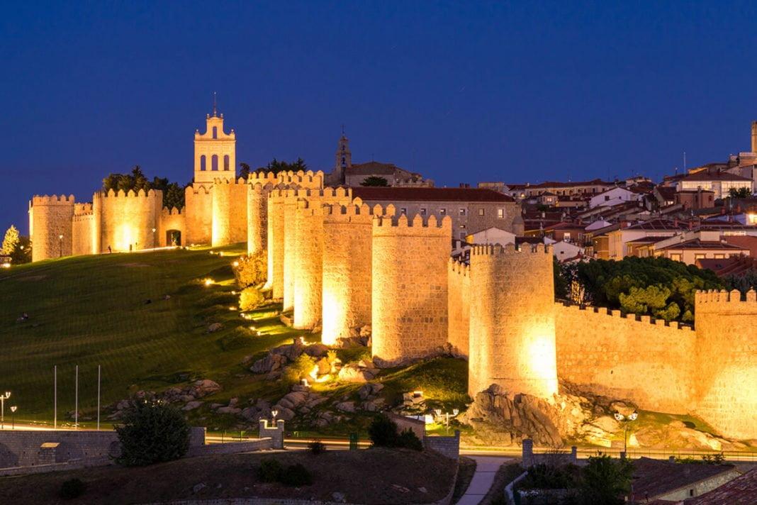 Średniowieczne mury obronne w mieście Ávila