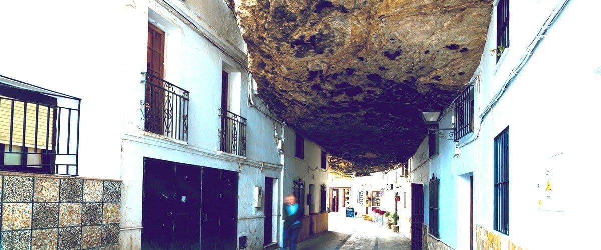 Część Setenil de las Bodegas jest wciśnięta między ściany stromego wąwozu.