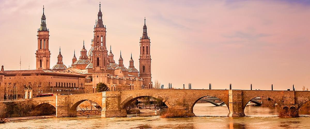 Saragossa leży w regionie Aragonii - nad brzegiem rzeki Ebro.
