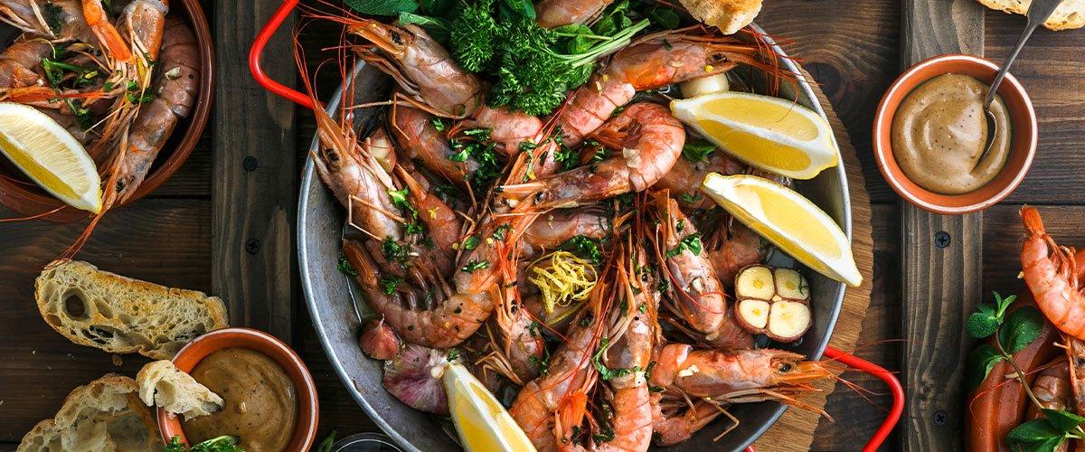 Kuchnia hiszpańska do przygotowania paelli wykorzystuje wiele różnych składników. Najbardziej popularne przepisy to te, które obfitują w dużą ilość owoców morza // Hispanico.pl