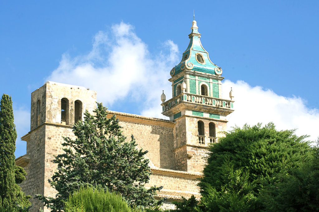 Klasztor kartuzów w Valldemossie i jego charakterystyczna wieża.