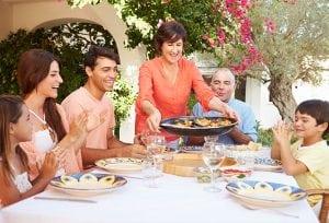 Tradycyjna hiszpańska paella często podawana jest na stole bezpośrednio w paellerze // Hispanico.pl