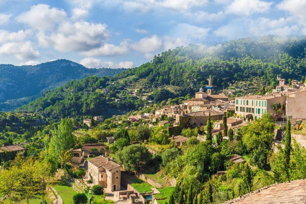 Valldemossa położona jest w malowniczych górach Sierra de Tramuntana (kat. Serra de Tramuntana).