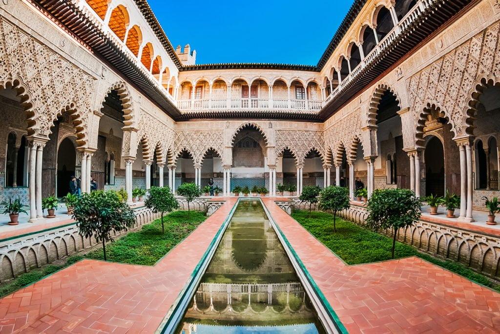 Pałac Królewski Alcazar wraz z katedrą Catedral de Santa María de la Sede de Sevilla i Archiwum Indii zostały wpisane w 1987 roku na Listę Światowego Dziedzictwa UNESCO.