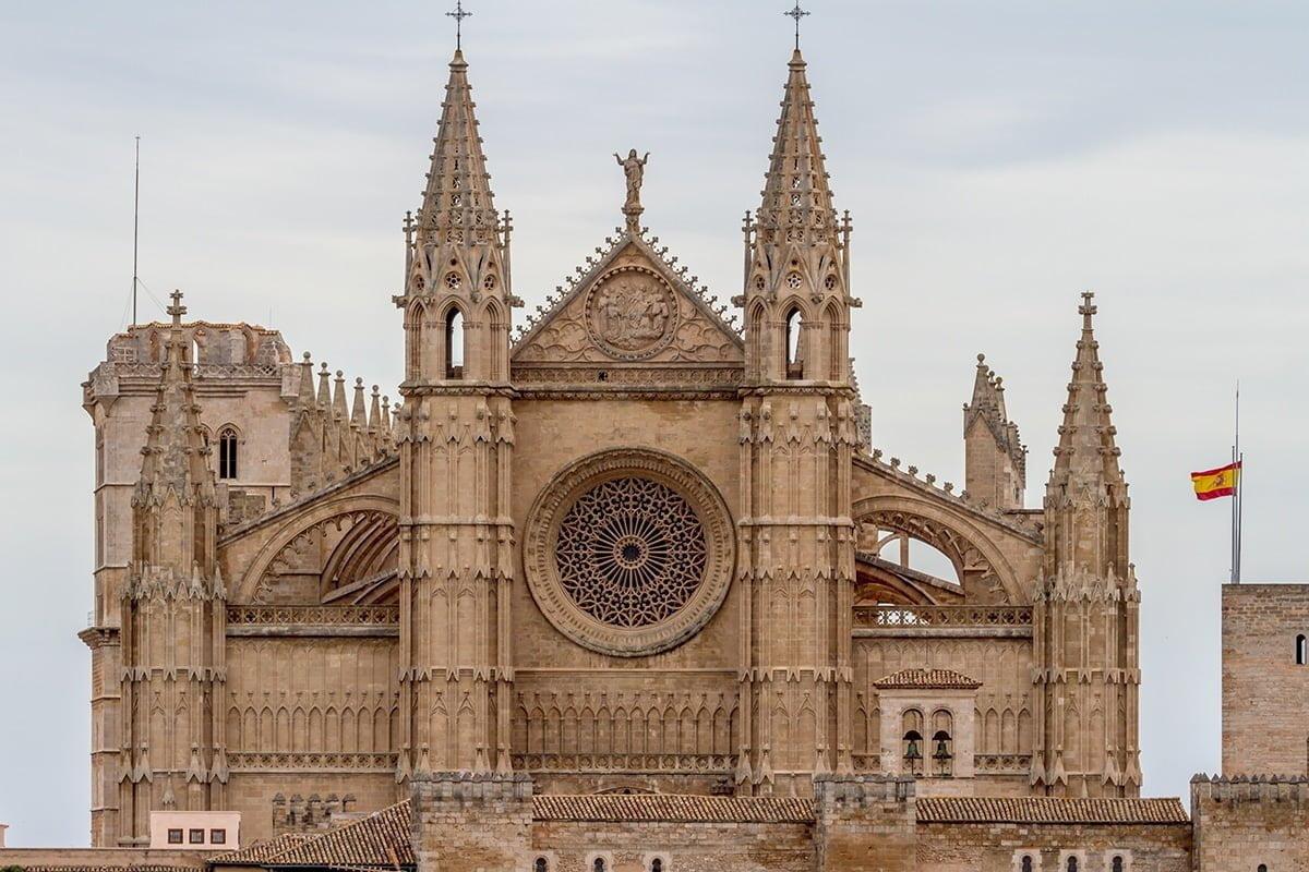 Portal del Mirador, który prowadzi do wnętrza katedry przedstawia sceny z Ostatniej Wieczerzy.