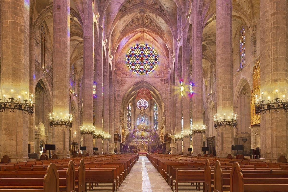 Wnętrze katedry La Seu w Palma de Mallorca warto zobaczyć o poranku, gdy rozświetlają je promienie słońca.