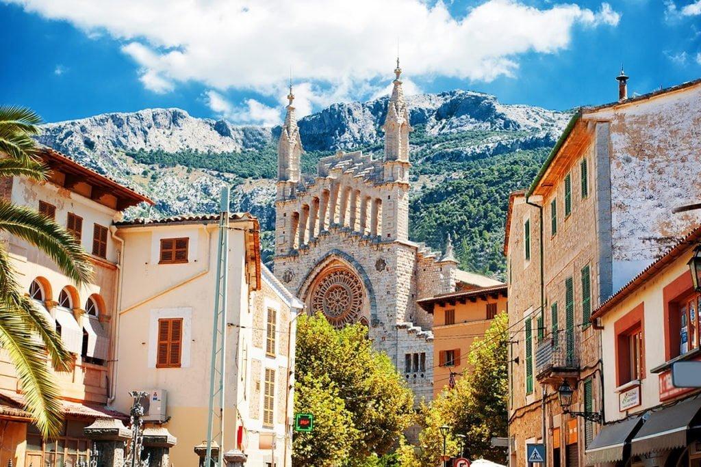 Widok na miasto Sóller. W tle widoczny kościół Església de Sant Bartomeu