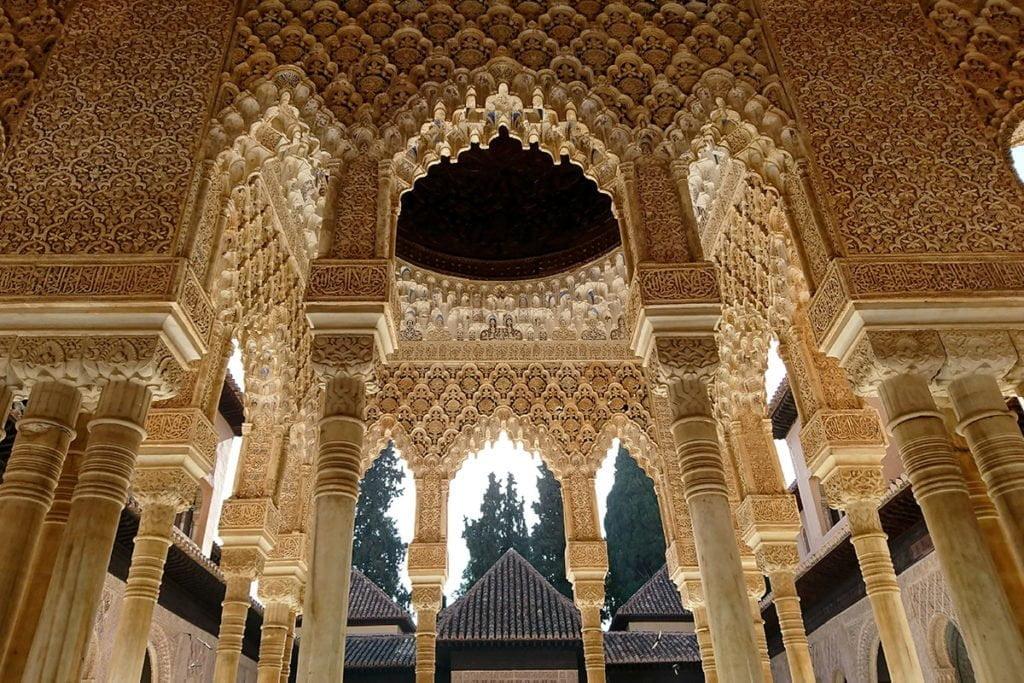 Mówi się, że Alhambra de Granada to perła muzułmańskiej Hiszpanii.