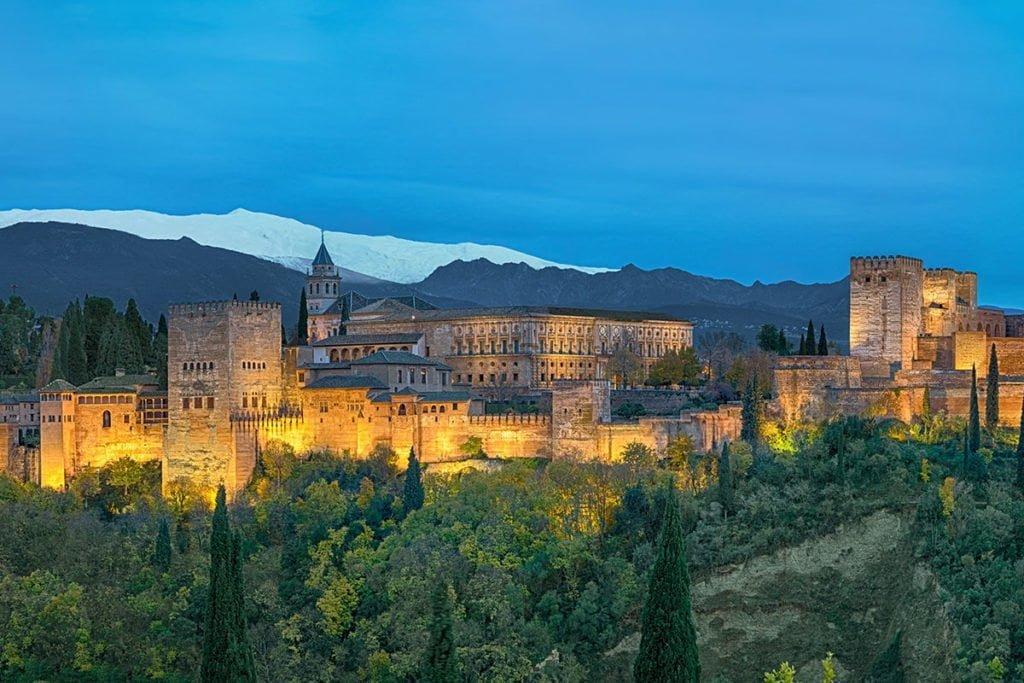 Nocny widok kompleksu pałacowego Alhambry.