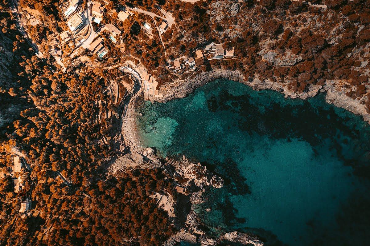 Zatoczka Cala Deià z lotu ptaka, Majorka