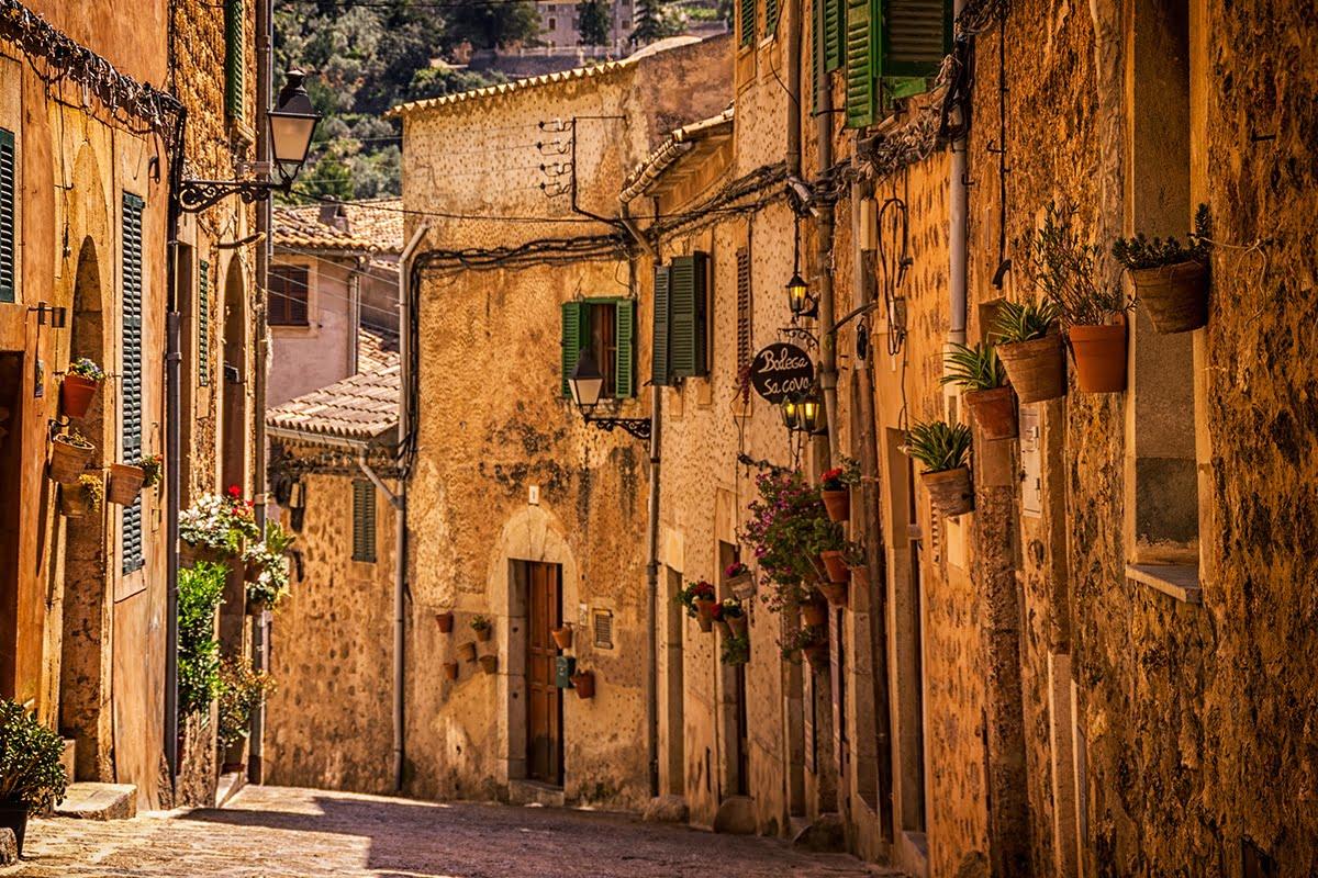 Ciasne uliczki w mieście Valdemossa, Majorka