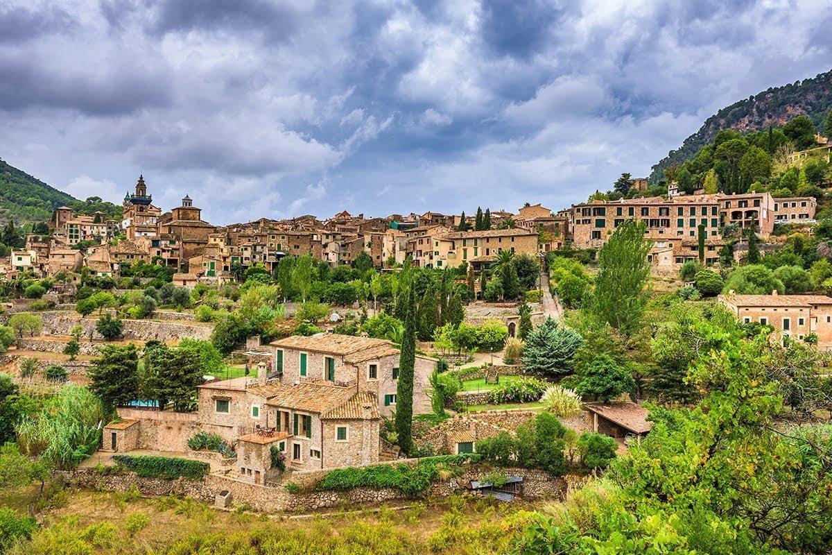 Valldemossa położona jest w malowniczych górach Sierra de Tramuntana (kat. Serra de Tramuntana)