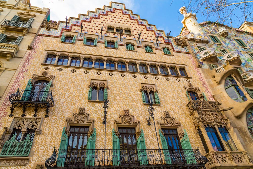 Fasada Casa Amatller. Po prawej widoczny fragment Casa Batlló.