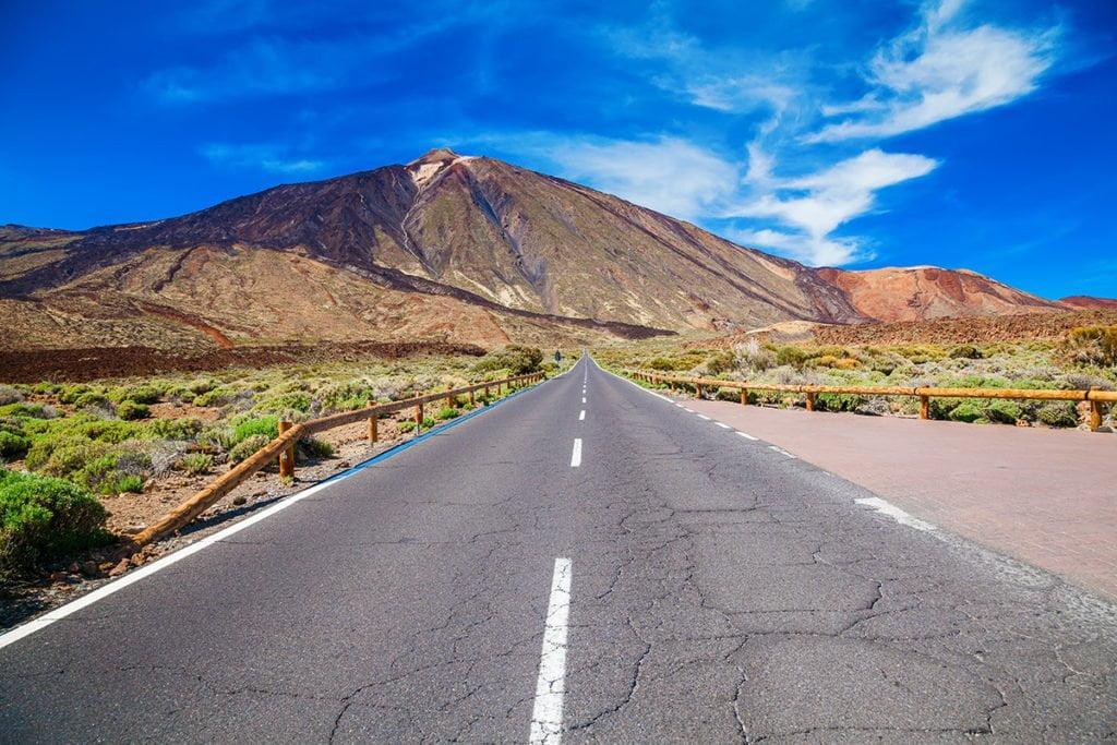 Park Narodowy Teide (Las Cañadas del Teide) na Teneryfie i widoczny w tle szczyt wulkanu