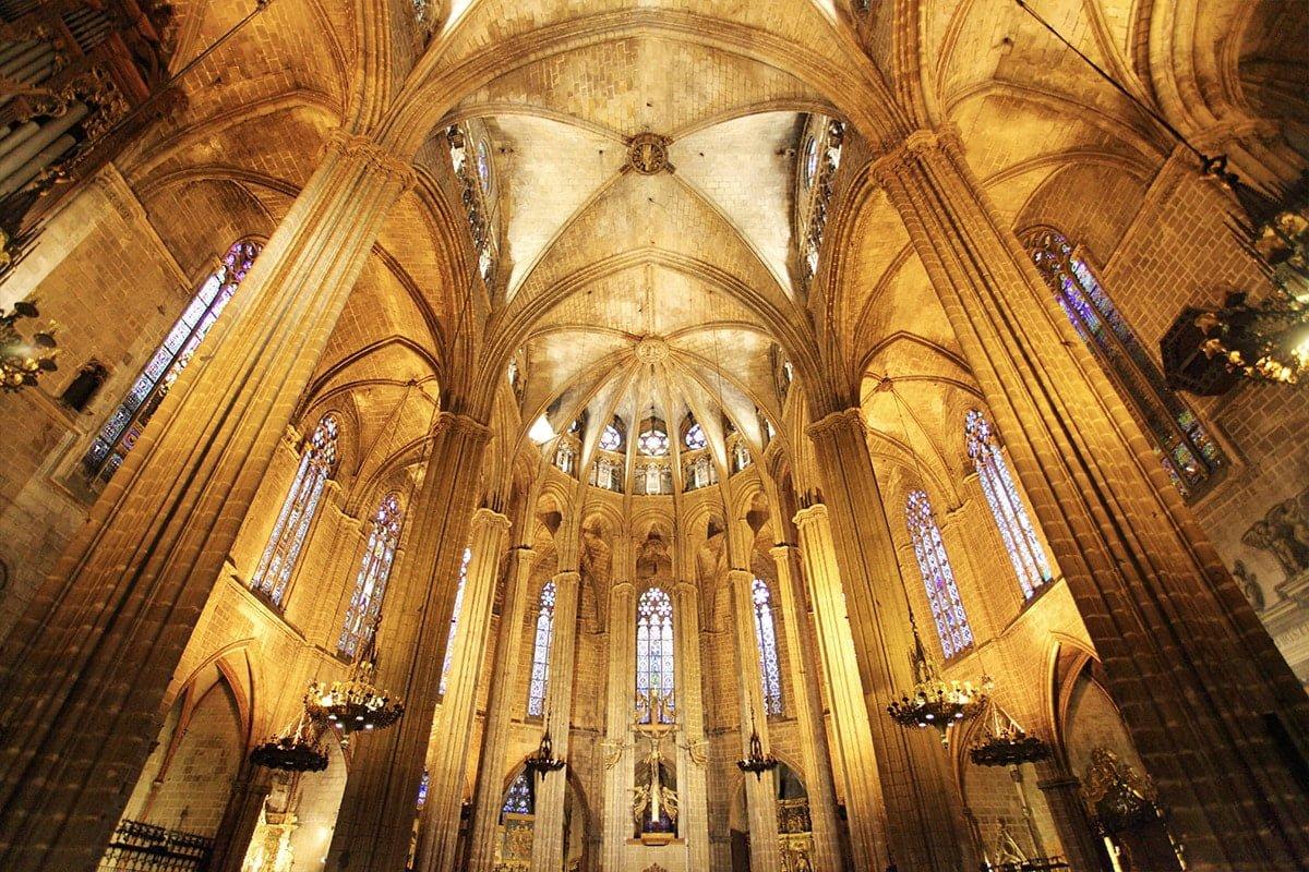 Wnętrze katedry w Barcelonie