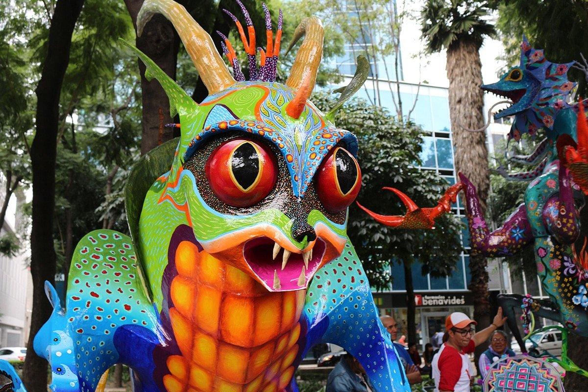 Gigantyczne alebrijes podczas parady w Meksyku