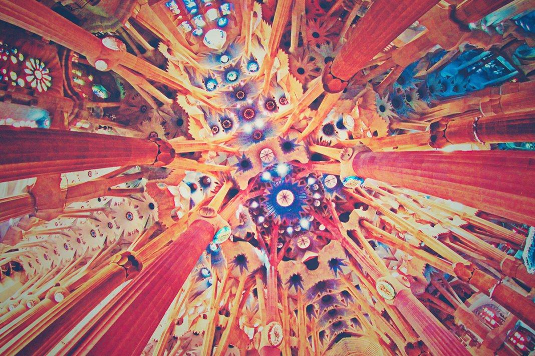 Sklepienie we wnętrzu Sagrada Familia