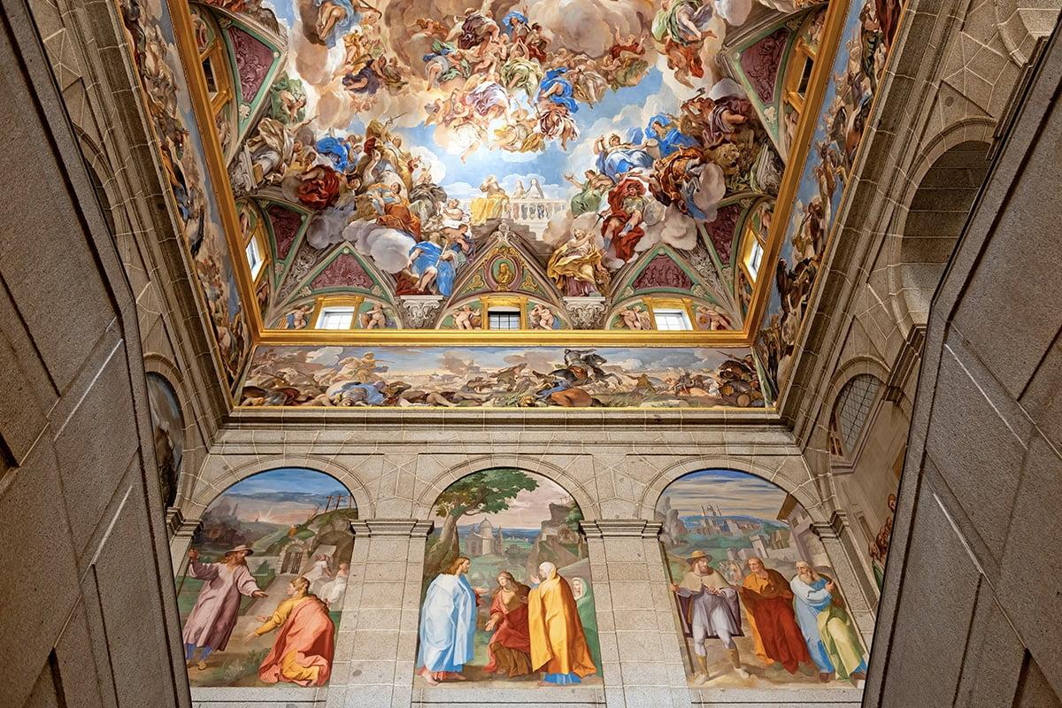 Malowidła naścienne we wnętrzu klasztoru
