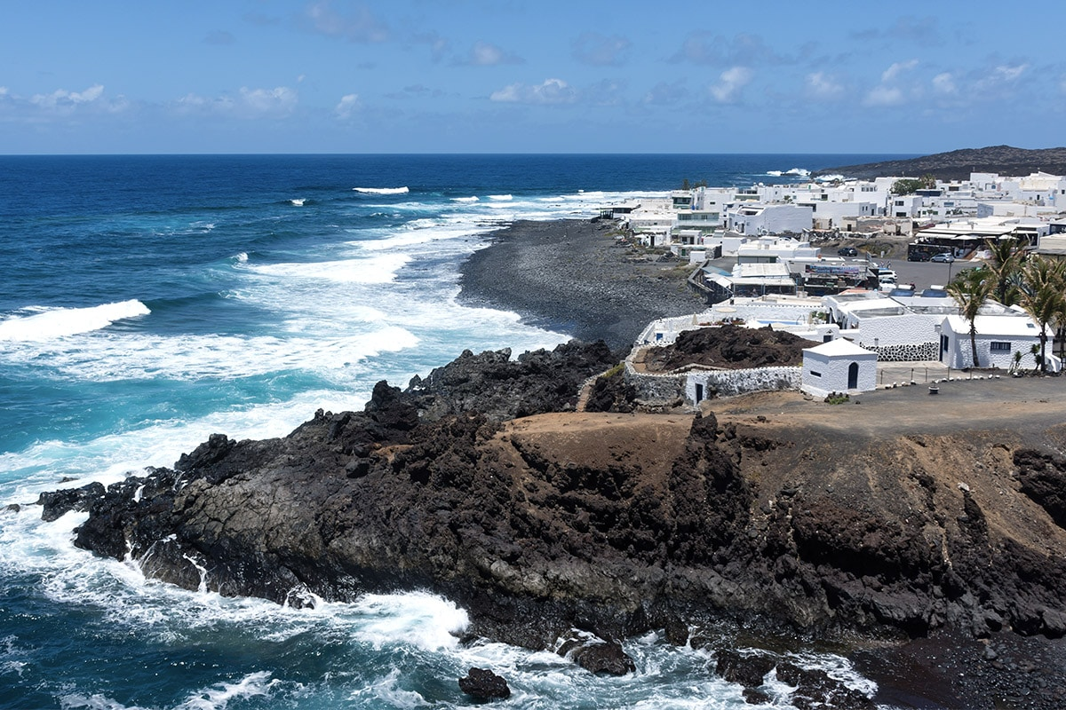 Osada rybacka El Golfo jest uwielbiana przez swoje malownicze położenie nad brzegiem oceanu.
