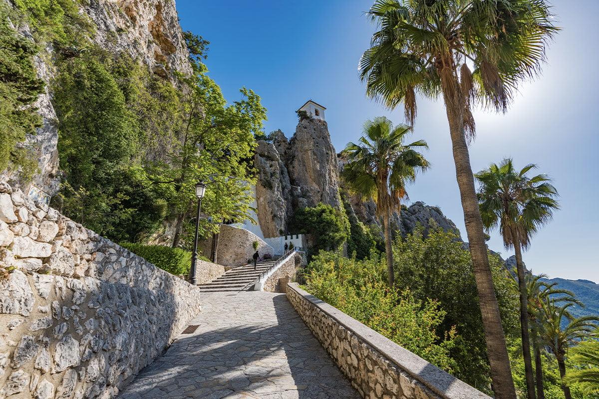 Castillo de San José, znany także jako Zamek Guadalest, umiejscowiony jest na skale w najwyższej części miasteczka.
