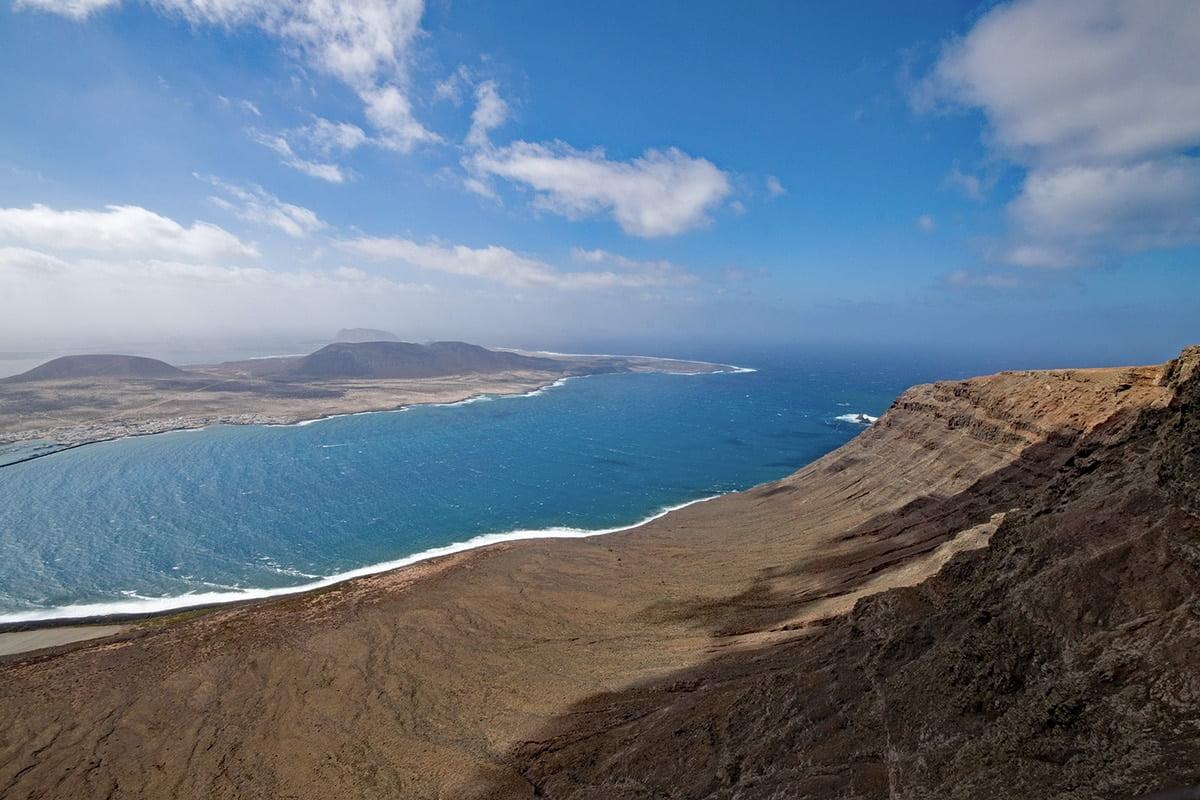Panorama roztaczająca się z punktu widokowego Mirador del Rio na Lanzarote