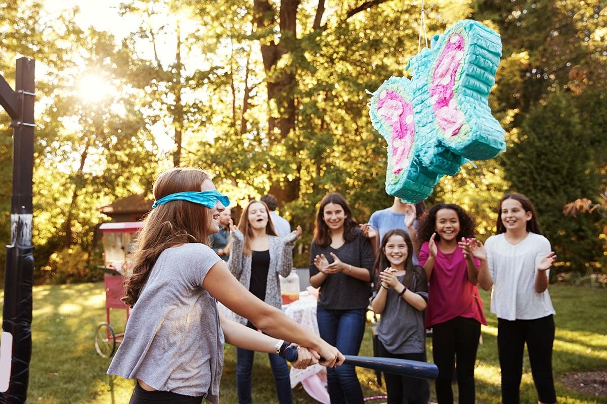 Piniata to coraz częściej nieodłączny element urodzinowej zabawy.