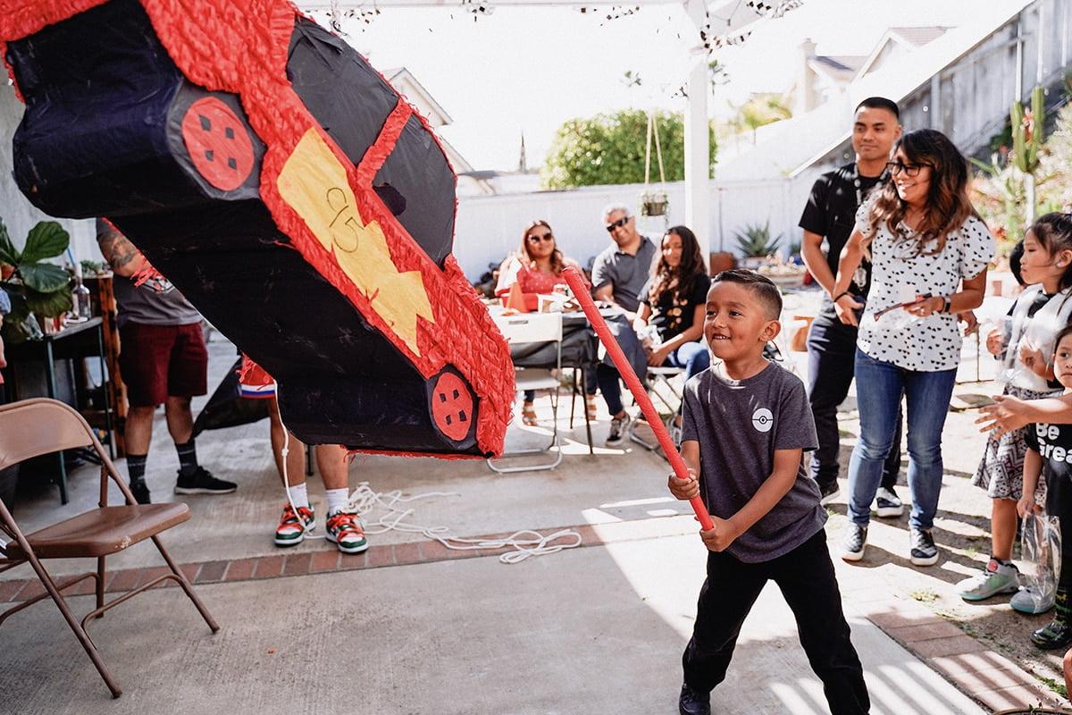 Piñata coraz częściej przypomina postacie z popularnych bajek.