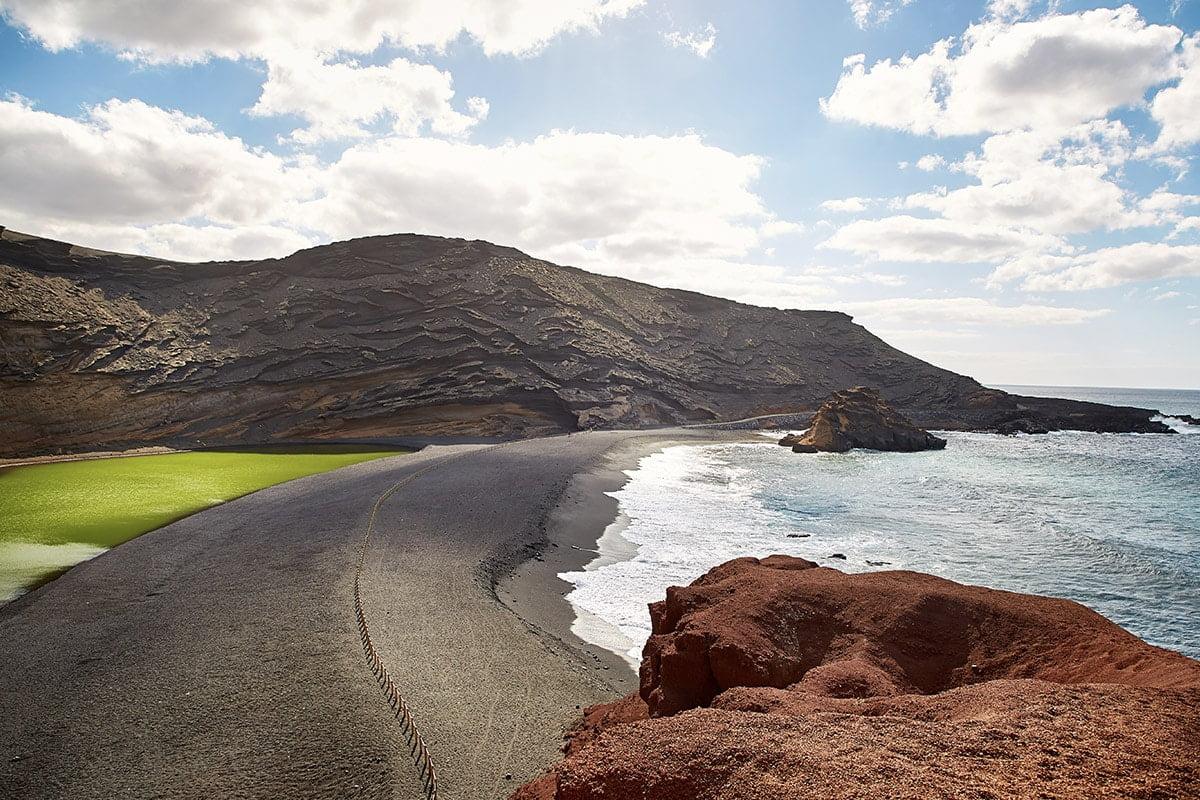 Zielone Jezioro Charco de los Clicos jest oddzielone od oceanu tylko wąskim pasem czarnego piasku.
