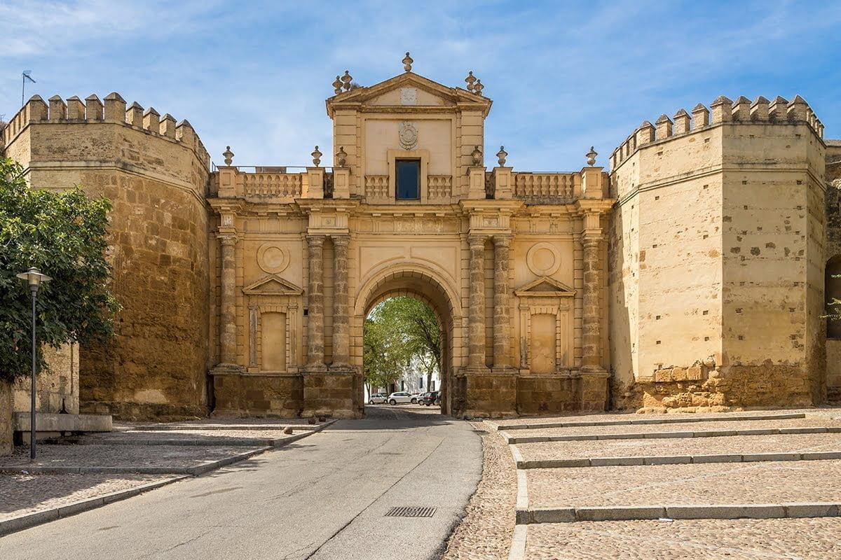 Zabytkowa Brama Kordoby w Carmonie