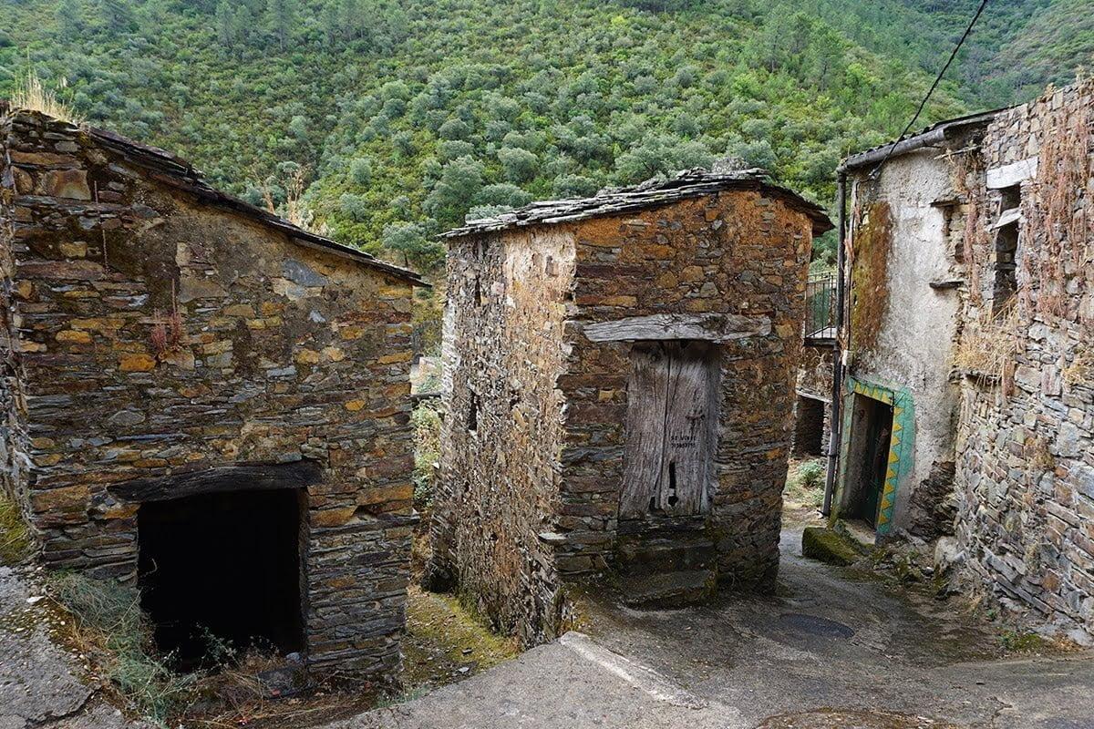 Opuszczone domostwa w Ríomalo de Arriba