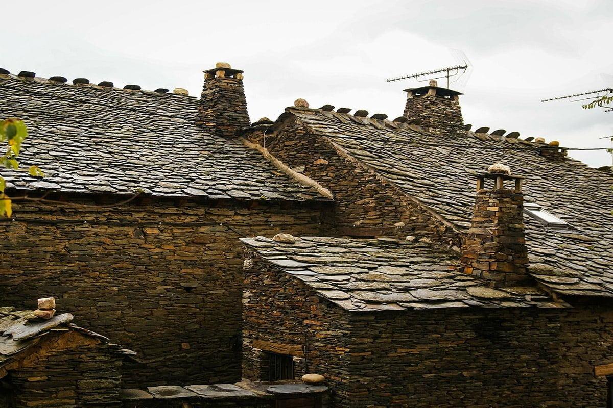 Domy w Campillo de Ranas - dachy pokryte płytami z czarnego łupka (Czarne Wioski Guadalajary)