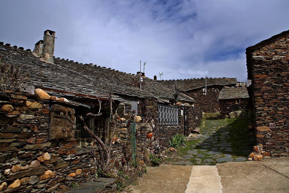Tradycyjne budownictwo - domy z czarnego łupka w El Espinar (Czarne Wioski Guadalajary)