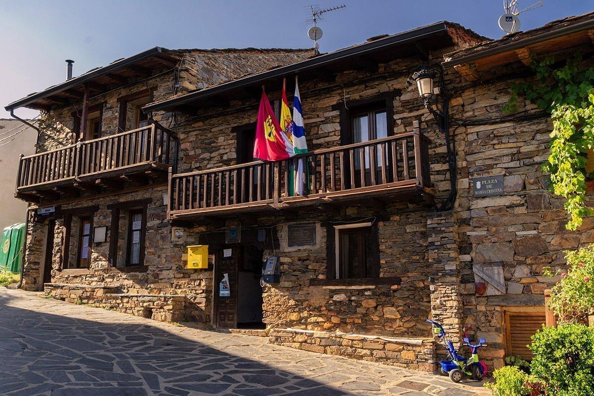 Jeden z budynków w Valverde de los Arroyos (Czarne Wioski Guadalajary)